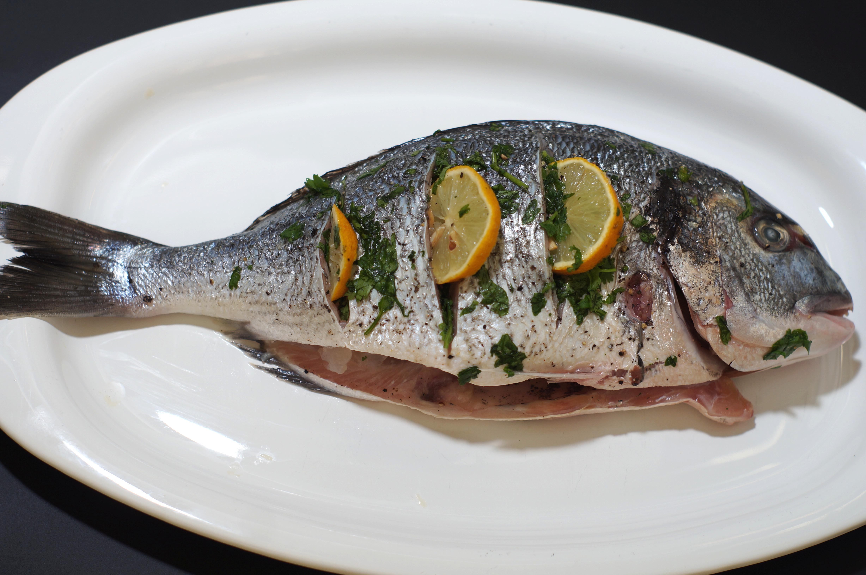 Pescado a la parilla grilled fish cocina california for How to grill fish